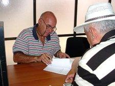 Luis Sexto presentó en Cienfuegos su poemario Con luz en la ventana